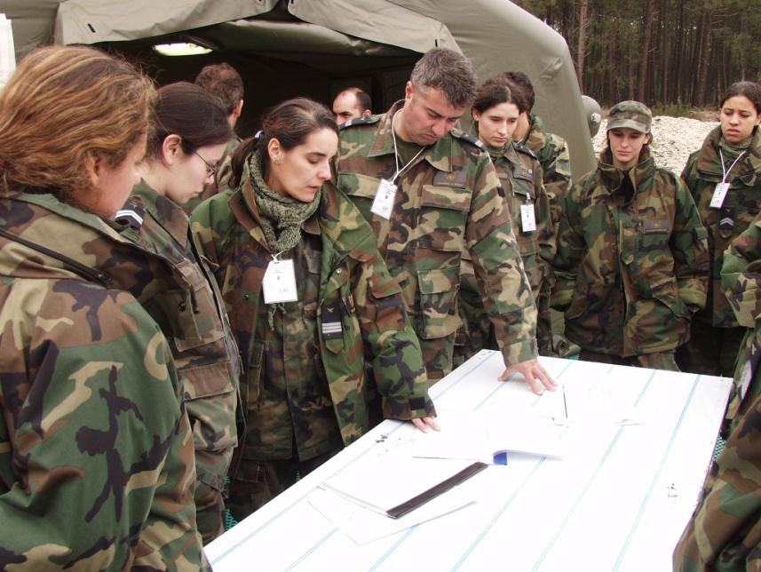 Figura 7 – Tenente-coronel Médica Regina Ramos num exercício militar 02500354653e2
